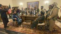 Bojovníci islamistického hnutia Taliban v prezidentskom paláci v Kábule.