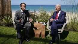 Americký prezident Joe Biden a francúzsky prezident Emmanuel Macron.
