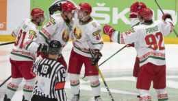 Hokejisti Bieloruska sa tešia z gólu.