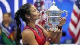 Emma Raducanuová s víťaznou trofejou.