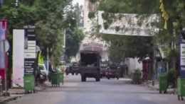 Na snímke vojenské vozidlá blízko prezidentského paláca.