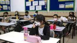 Izraelskí žiaci v triede.