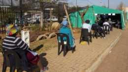Ľudia v Juhoafrickej republike čakajúci na očkovanie