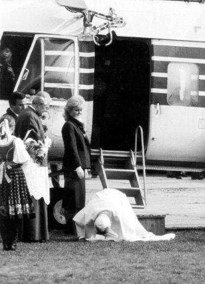 Ján Pavol II. bozkáva slovenskú zem po prílete do Bratislavy.