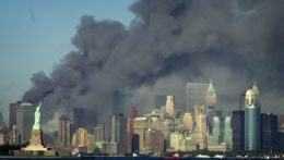 Dym nad New Yorkom po útokoch.