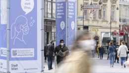 Ľudia s rúškami na ulici vo Viedni.