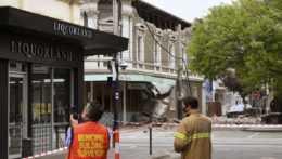 Pohotovostní pracovníci skúmajú poškodenie budov po zemetrasení v Melbourne