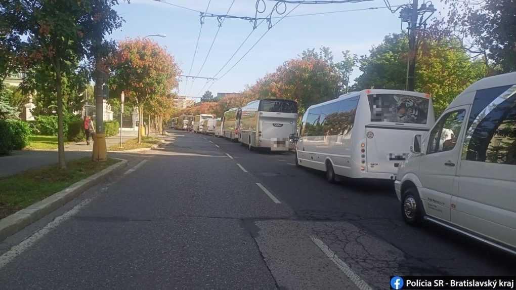 Protestujúci autobusári blokujú dopravu v centre Bratislavy