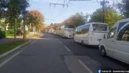 kolóna autobusov pred úradom vlády