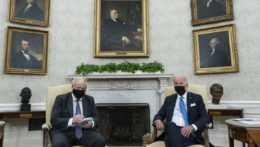 britský premiér Boris Johnson a americký prezident Joe Biden na stretnutí v Oválnej pracovni Bieleho domu
