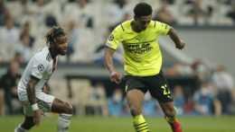 Jude Bellingham (Borussia Dortmund) vedie loptu v zápase proti Besiktasu.
