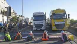 klimatickí aktivisti blokujú cestnú dopravu