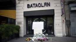 Kvety pred pamätníkom obetí teroristického útoku v Paríži v novembri 2015.