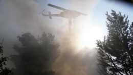 vrtuľník vypúšťa vodnú nádrž na požiar