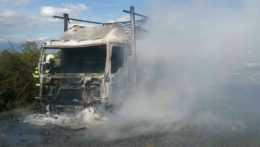 Zhorené nákladné auto na diaľnici D1.