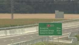 smerová tabuľa na diaľnici