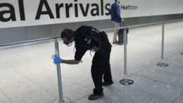 Zamestnanec letiska dezinfikuje priestory.