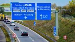 autá na diaľnici v Nemecku