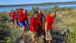 chorvátski záchranári, ktorí našli zranenú ženu.