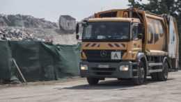 vozidlo bratislavského mestského podniku Odvoz a likvidácia odpadu