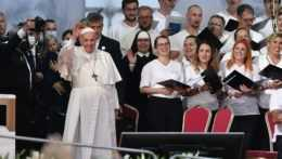Pápež František máva mladým.