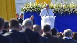 Pápež František počas príhovoru v prezidentskej záhrade.