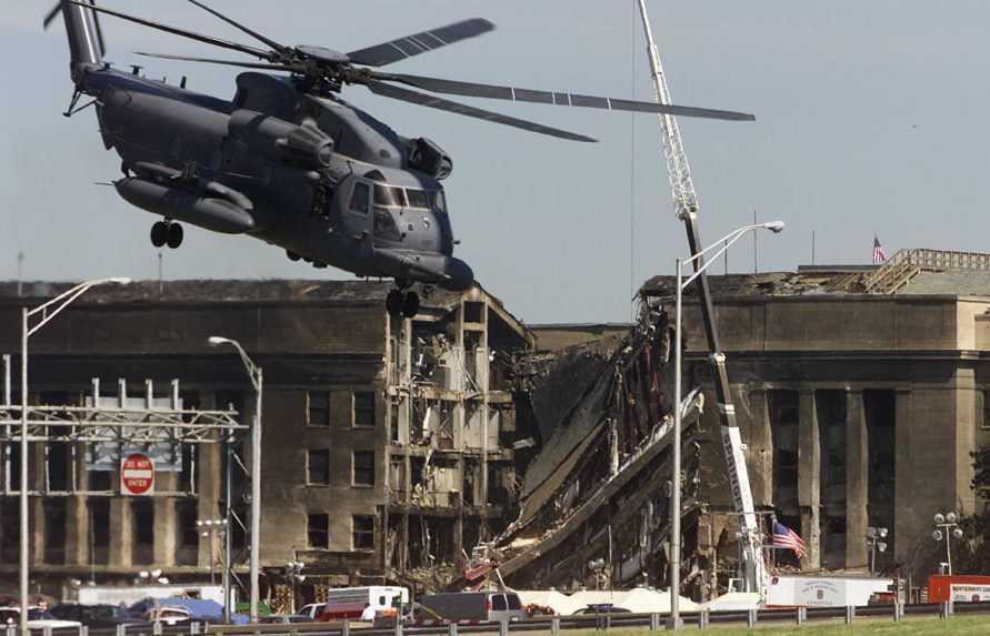 Na archívnej snímke zničená časť Pentagonu.