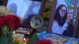 kvety, sviečky a fotografie obetí položené pred štátnou univerzitou v meste Perm, kde došlo k streľbe