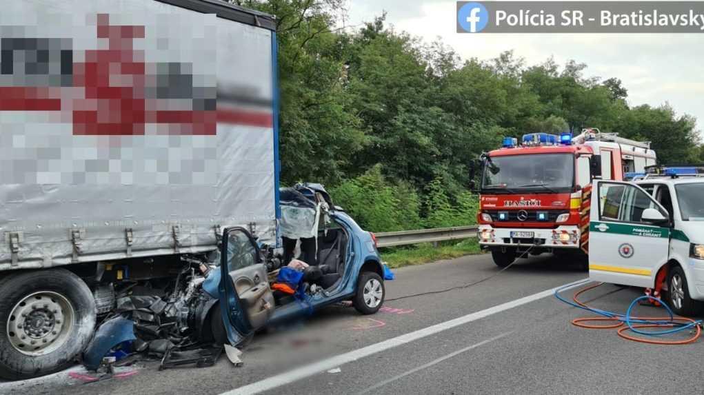 Na diaľnici D2 za Lozornom smerom na Malacky sa stala nehoda