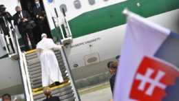 Pápež František pri lietadle.