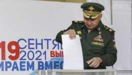 ruský minister obrany Sergej Šojgu volí vo volebnej miestnosti v Moskve počas parlamentných volieb v Rusku.