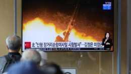 Severokórejský raketový test v televíznom spravodajstve.