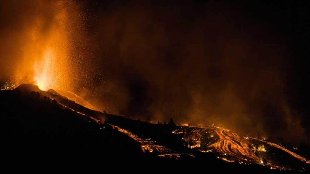 Sopka na La Palma stále chrlí lávu. Evakuovali už tisíce ľudí