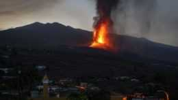 erupcia lávy sopky La Cumbre Vieja