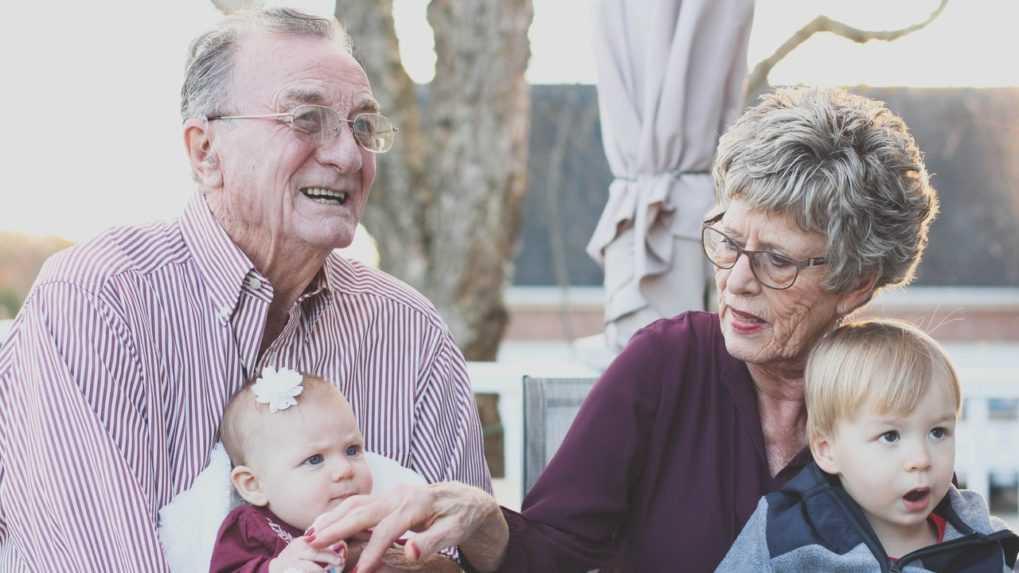 Starí rodičia by sa mohli stať poberateľmi rodičovského príspevku, hovorí návrh zákona