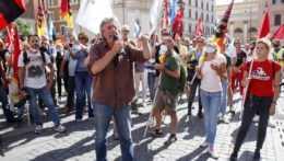 ľudia protestujú proti covidovým pasom