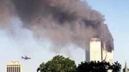 Lietadlo pred nárazom do Svetového obchodného centra v New Yorku.