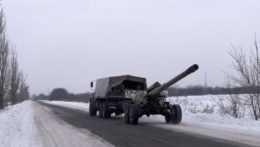 Ukrajinské delostrelecké jednotky počas presunu na pozície pri meste Avdijivka na východe Ukrajiny.