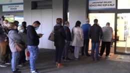 Ľudia čakajú pred urgentným príjmom v nemocnici v Levoči.