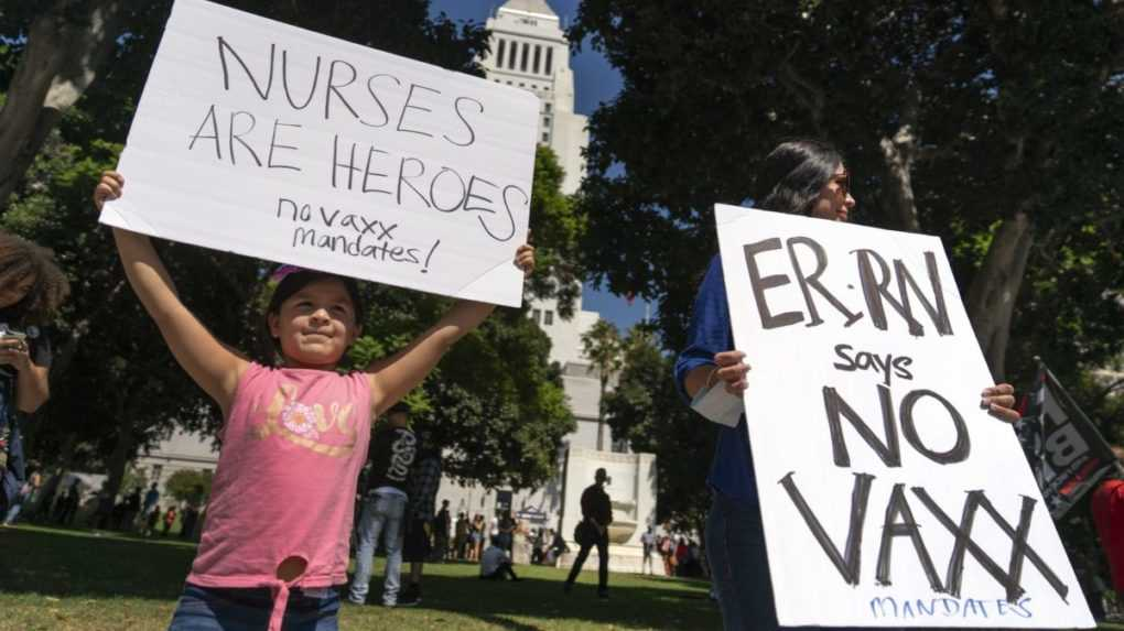 Počet obetí covidu v USA opäť rastie. V štátoch evidujú vyše 2000 úmrtí denne