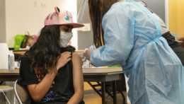 dievča očkujú proti koronavírusu