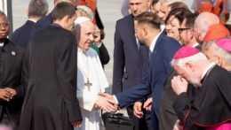 Primátor Bratislavy Matúš Vallo si podáva ruku s pápežom Františkom