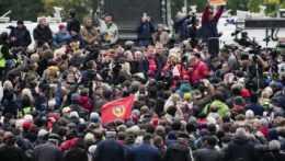 ľudia protestujú v Moskve proti výsledkom parlamentných volieb v Rusku