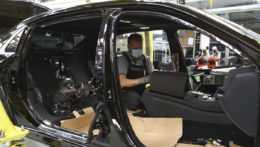 pracovník výrobnej linky na automobily