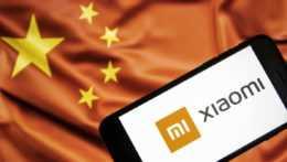 mobilný telefón Xiaomi na pozadí čínskej vlajky