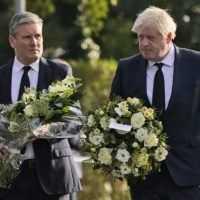 Stovky ľudí so sviecami sa v Británii zúčastnili spomienky na zavraždeného poslanca