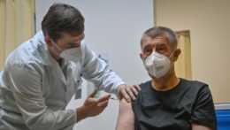 Andrej Babiš dostáva tretiu dávku vakcíny proti ochoreniu COVID-19.