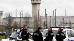 Polícia pred francúzskym väzením