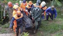 Záchranári nesú telo obete