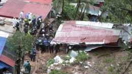 Záchranári prehľadávajú trosky domu.